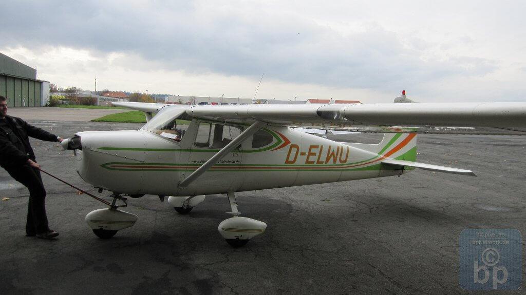 Christian holt die Cessna in den Hanger